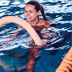 kobieta na zajęciach aqua aerobiku