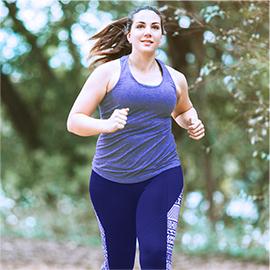 kobieta biegnąca na świezym powietrzu