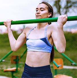 kobieta ćwicząca podciągnięcia