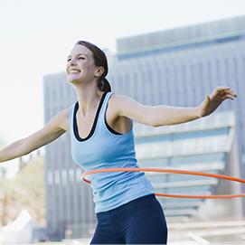 kobieta ćwicząca z hula hop