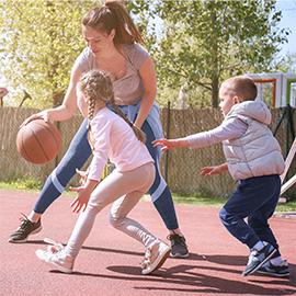 rodzina grająca w koszykówkę