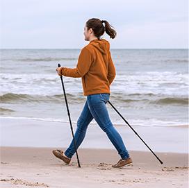 kobieta nad morzem uprawiająca nordic walking