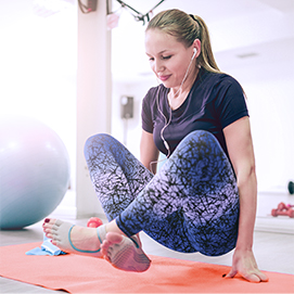 kobieta ćwicząca pilates na macie