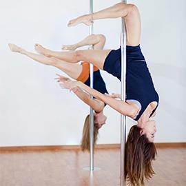 dwie dziewczyny ćwiczące pole dance