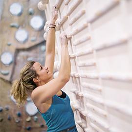 kobieta na ściance wspinaczkowej