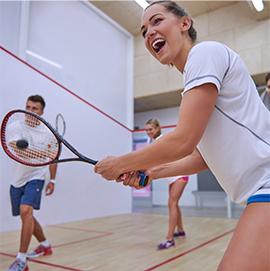 przyjaciele grający w squasha
